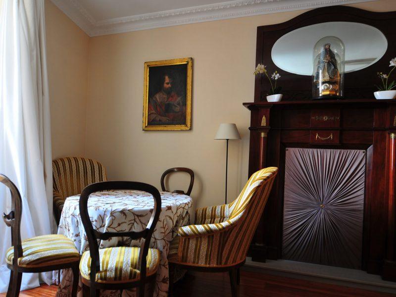 salon con mesa y cuatro sillas